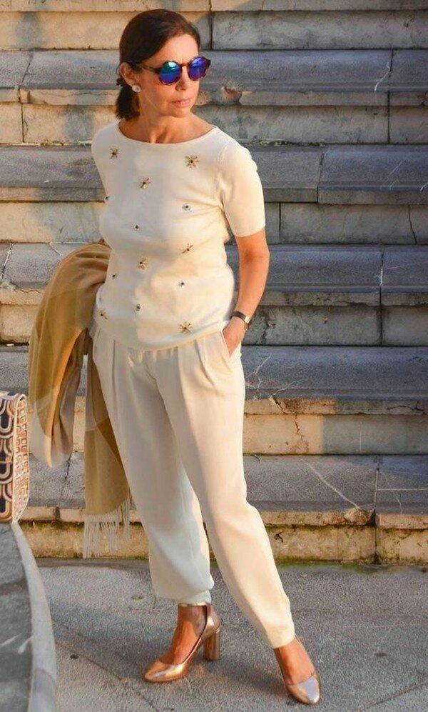 Такие брючки нужно иметь каждой женщине 50+ брюки, цвета, бежевого, выбрали, туфли, сумка, оттенка, отлично, принтом, джемпера, белой, брюками, сумку, очень, светлого, черного, белую, подобрали, детали, образу