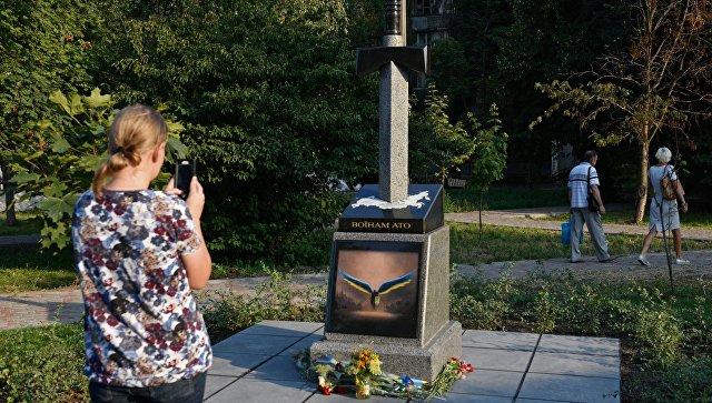 В Киеве открыли памятник в виде пронзенной мечом карты России