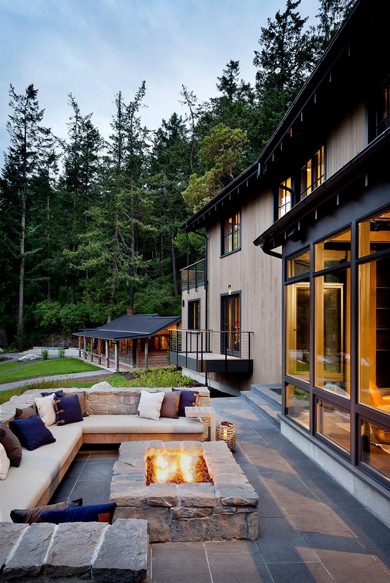 Собственный причал и ванная с видом на лес: загородный дом в США