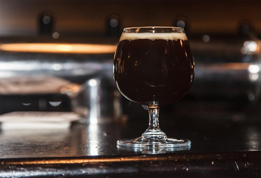 Горячее темное пиво