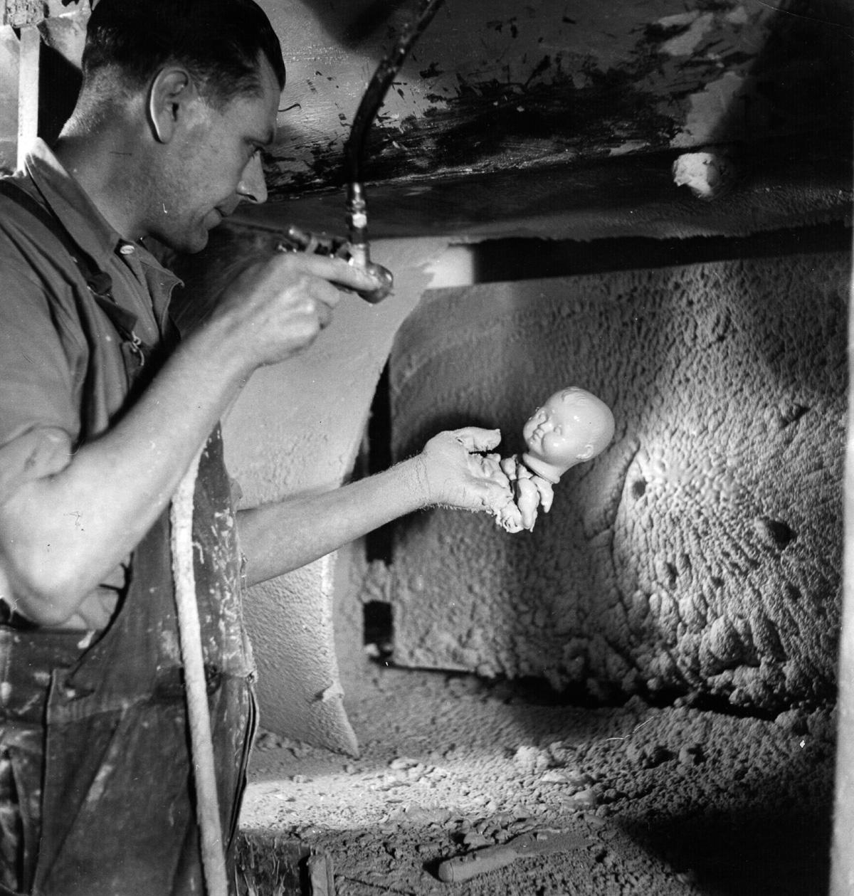 Устрашающие фотографии кукольной фабрики из прошлого