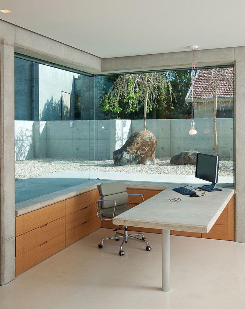 Большие окна в домашнем мини-офисе с видом на внутренний двор