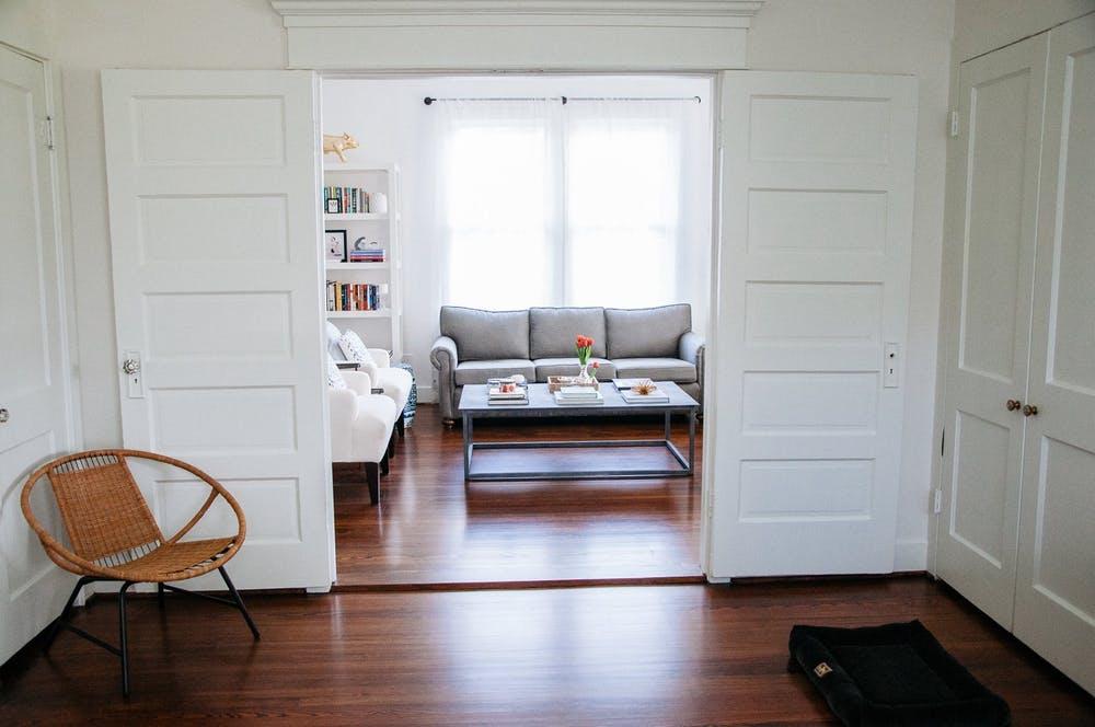 Элегантный интерьер квартиры - плетеное кресло