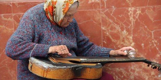 Бабулька с лампочкой и гитарой, а не в панаме на Канарах...