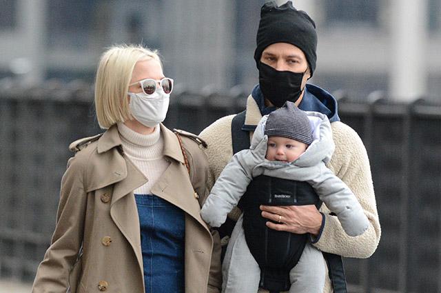Мишель Уильямс с мужем Томасом Кайлом и ребенком на прогулке в Нью-Йорке