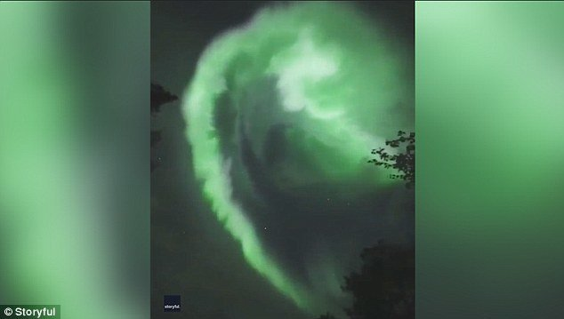 Северное сияние устроило настоящее световое шоу в небе над финским горнолыжным курортом Луосто в Лапландии, за которым несколько часов наблюдали туристы. атмосфера, видео, красиво, лапландия, необычные явления, природа, северное сияние, северные пейзажи
