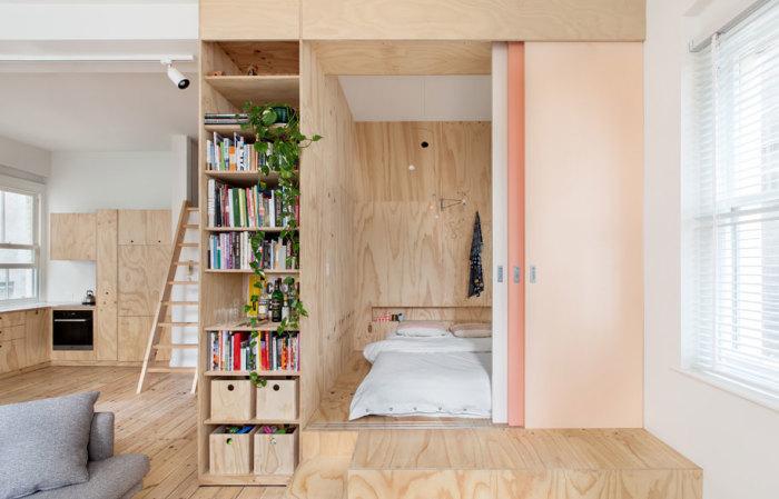 Родительскую спальню создали из фанерных листов, установив модульную конструкцию на подиум. | Фото: habitusliving.com.