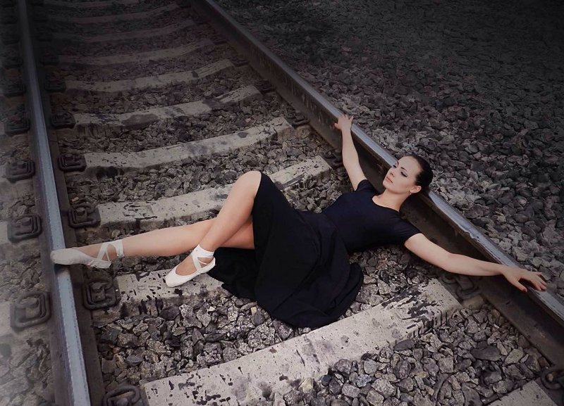 Может, они не знают, как устроен туалет на железной дороге? девушки, на рельсах, поезда, странное, туалеты, юмор