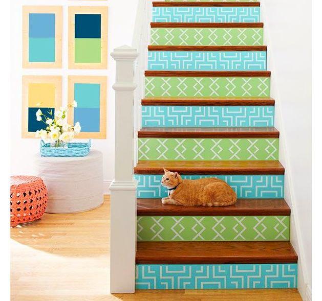 Лестница в цветах: желтый, бирюзовый, светло-серый, бежевый. Лестница в стиле французские стили.