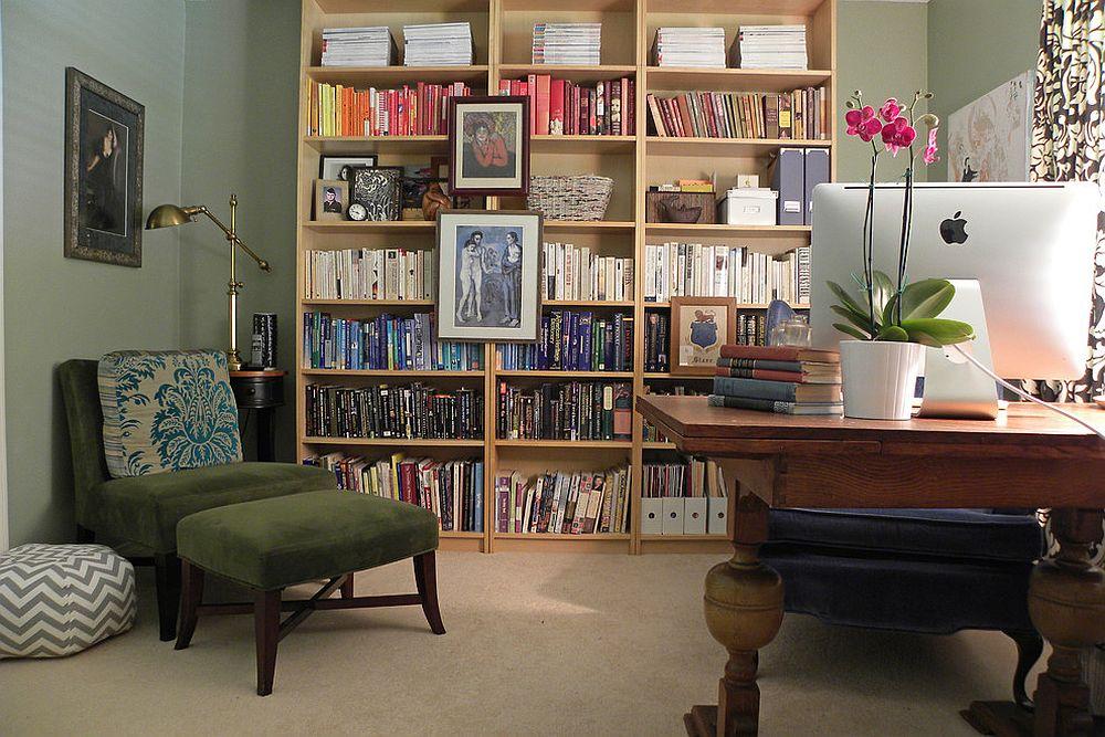 Деревянный книжный шкаф в домашнем мини-офисе