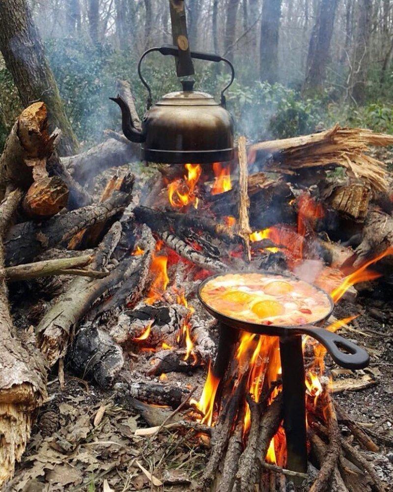 Можно пожарить сосиски, сардельки или прямо на сковороде сделать яичницу с луком, перцем и помидорами. бананы, овощи на гриле, осень, пикник, чай, шашлык, яблоки