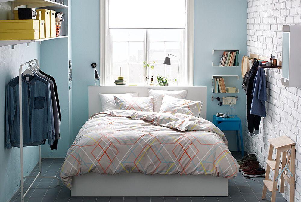 Кирпичная стена в дизайнерском интерьере спальни