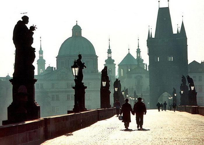 Красивый средневековый мост через реку Влтаву, соединяющий Старый и Новый город, украшен мощными скульптурами, каждая из которых имеет свою историю.