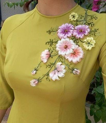 Какая красота! А Вам нравится вышивка лентами на одежде?