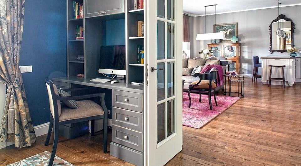 Стены кабинета окрашены в глубокий синий, в соседних же помещениях они светло-серые, что создаёт эмоциональное разнообразие. В обеденной зоне, строго на оси симметрии анфилады — большое...