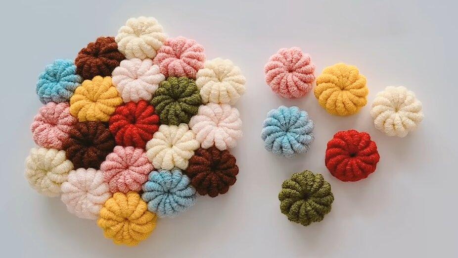 Необычная техника вязания крючком: закрученные цветы для любого изделия