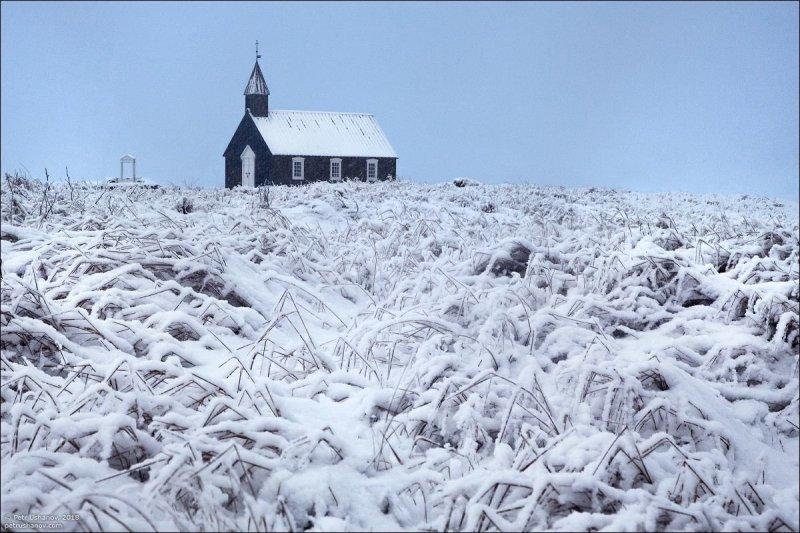 Исландские церкви красивы в любую погоду. На заднем плане, кстати, красивые горы. Но их не видно. исландия, красота, пейзаж, природа, путешествия, фото, фотограф, фотографии