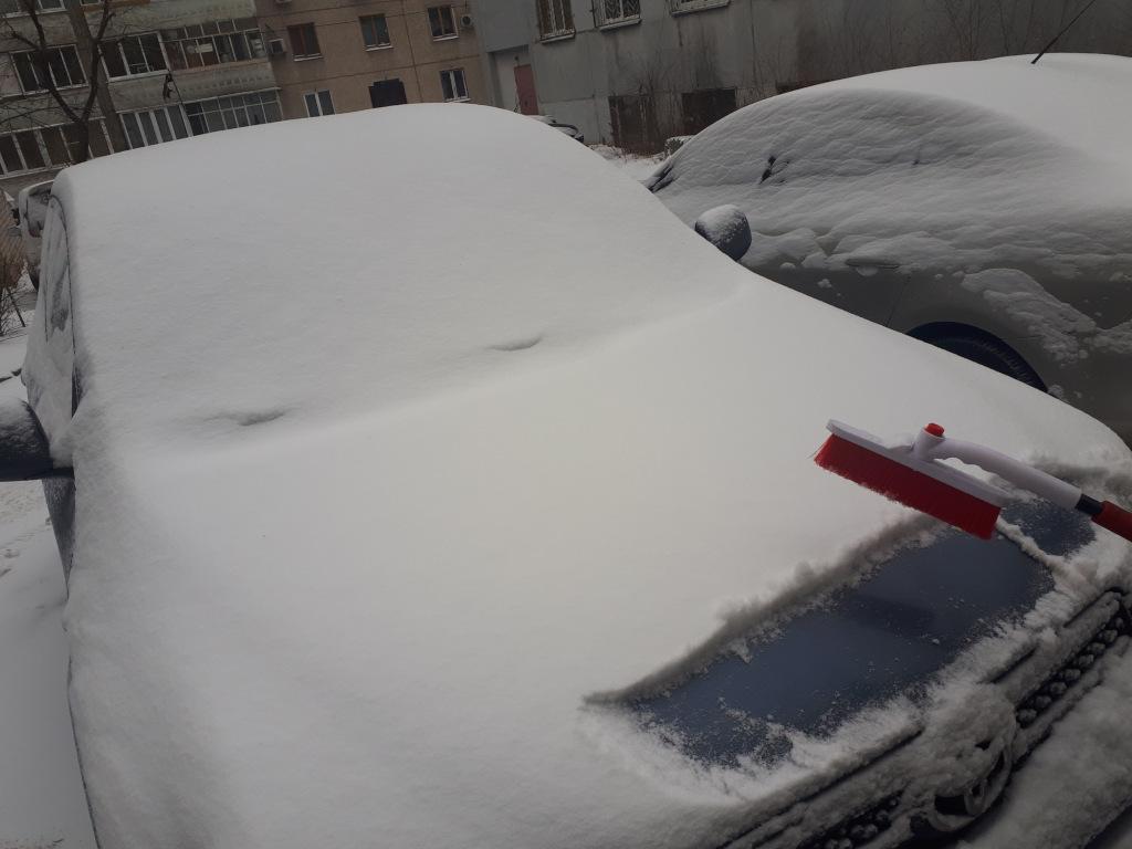Можно ли счищать снег с машины щеткой?