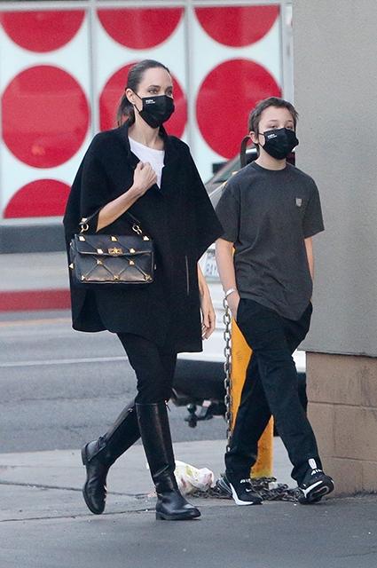 Анджелина Джоли с сыном Ноксом на шопинге в Лос-Анджелесе: новое фото Звездные дети