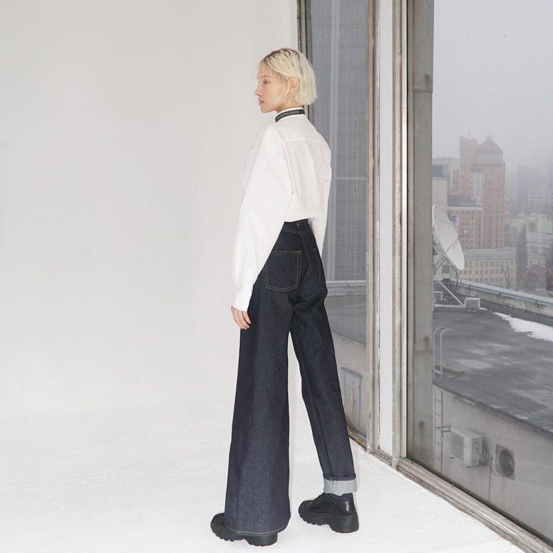 Дизайнер создает асимметричные джинсовые брюки