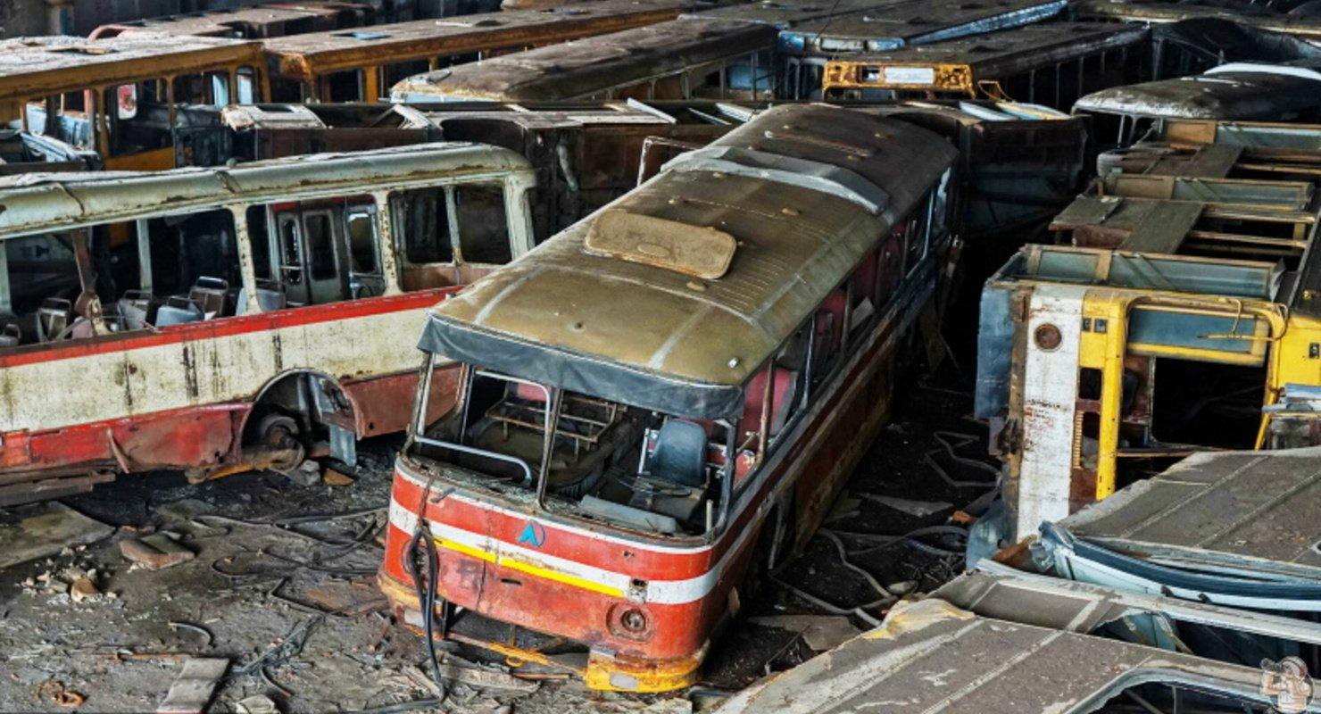Перевернутые автобусы нашли в одном из ангаров Норильска  Исследования