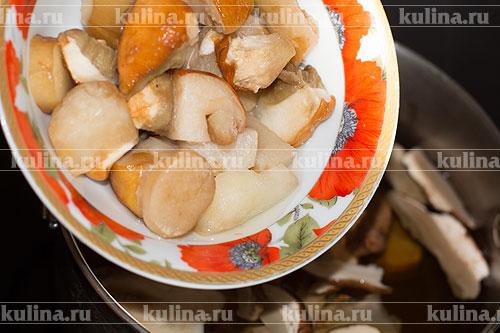 Утром поставить кастрюлю на плиту, положить в смесь нарезанные свежие грибы и довести суп до кипения. Снять пену, уменьшить температуру и варить 20 минут.