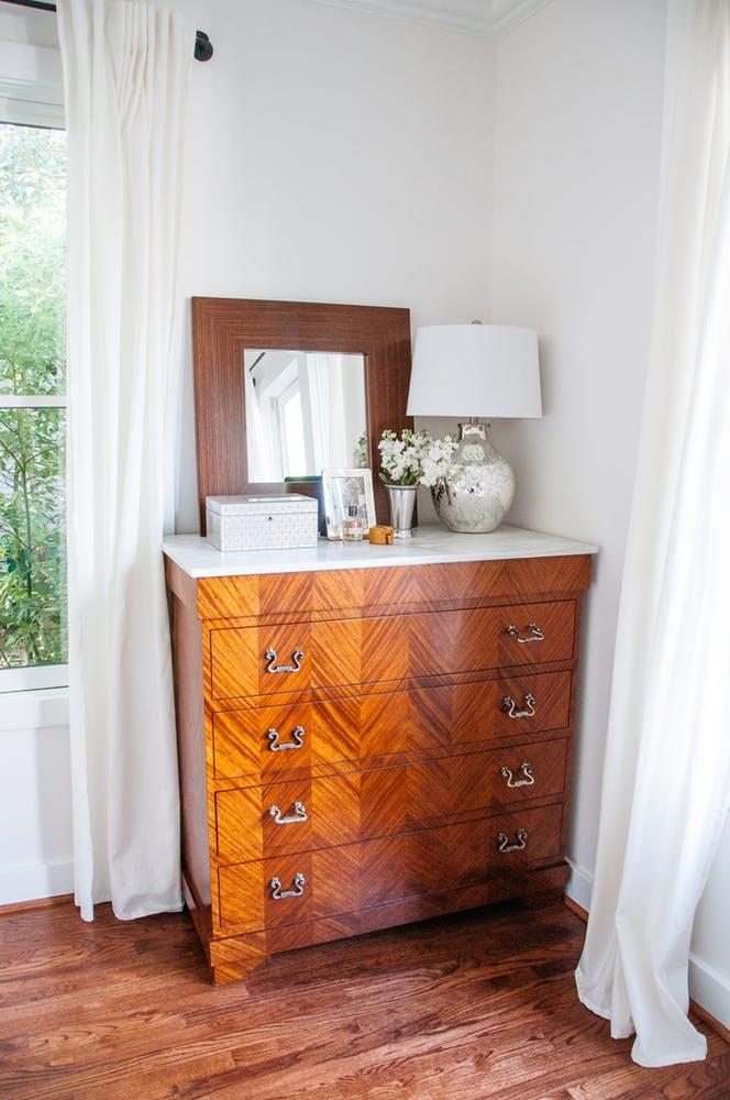Элегантный интерьер спальни - деревянный комод