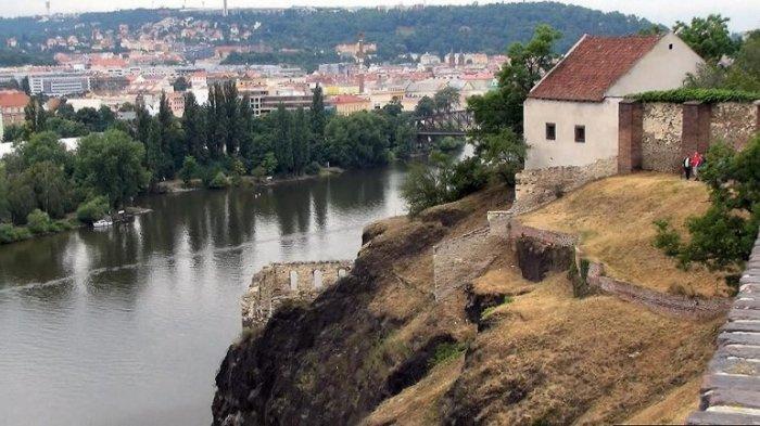 Древняя крепость, воздвигнутая еще в 10 веке, считается первым поселением с которого началась история возникновения Праги.