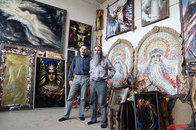 Пермский старец создает картины из дерева и стекла.