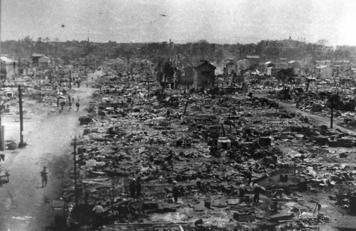 Напалмом бомбили Токио в 1945 году. /Фото: warphoto.ru.