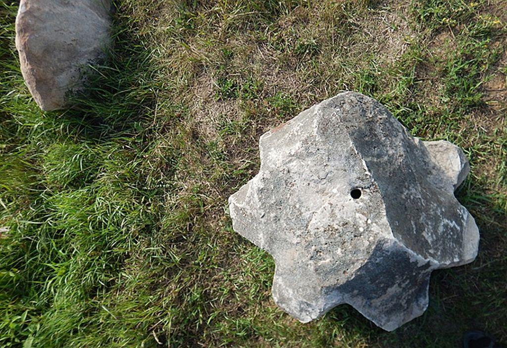 Каменные шестеренки со сквозными круглым и треугольным отверстиями. Фото - Николай Субботин.