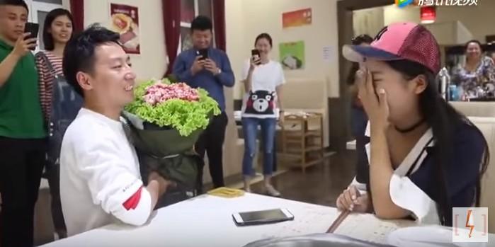 Китаец сделал невесте предложение, подарив букет из мясной вырезки