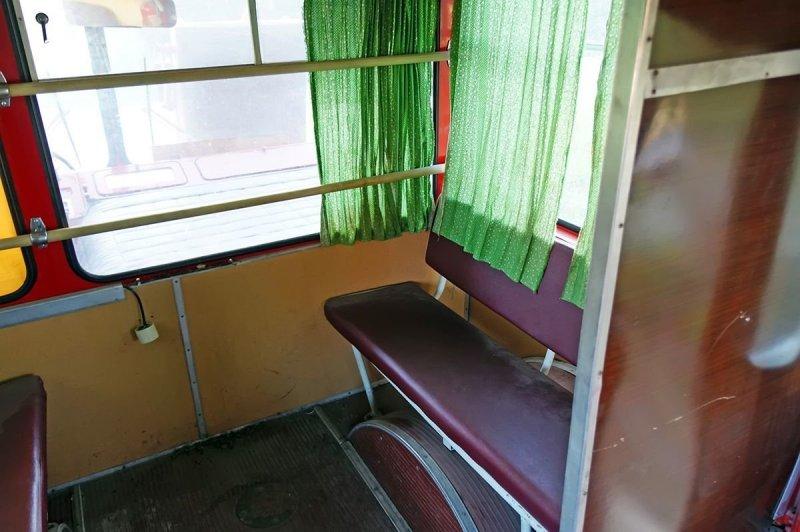 Стандартный трёхместный диван над правой колёсной аркой ЛиАЗ 677, авто, автобус, лиаз