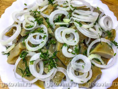 Салат из соленых груздей с луком и сметаной, Шаг 05