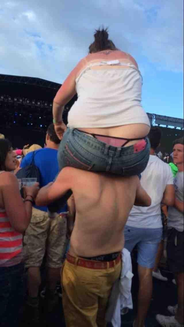 Не стоит тучным женщинам лезть на плечи к парню интересное, образ_жизни, ситуации, толстушки, фото, худышки, юмор