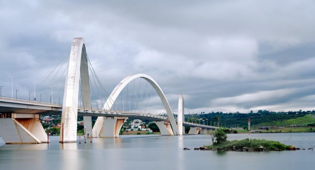Круглый, недостроенный и бесконечный — 10 самых необычных мостов мира