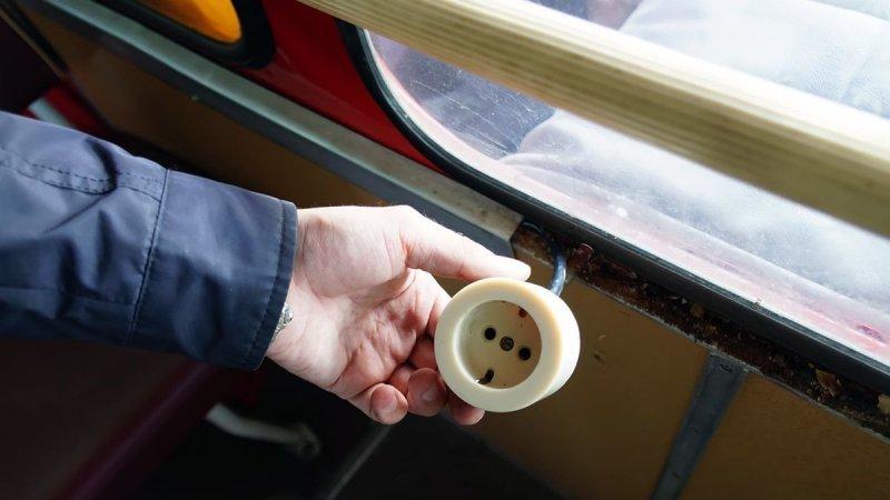 Московские власти очень гордятся появлением USB-зарядок в новых автобусах и трамваях Мосгортранса. ЛиАЗ-677 передаёт им привет из 1990 года — здесь можно не только трубку зарядить ЛиАЗ 677, авто, автобус, лиаз