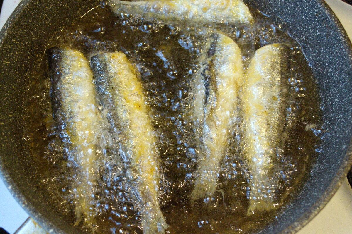 Рыба маленькая, поэтому готовится очень быстро.