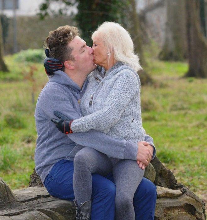 Пожилая тетка с парнем