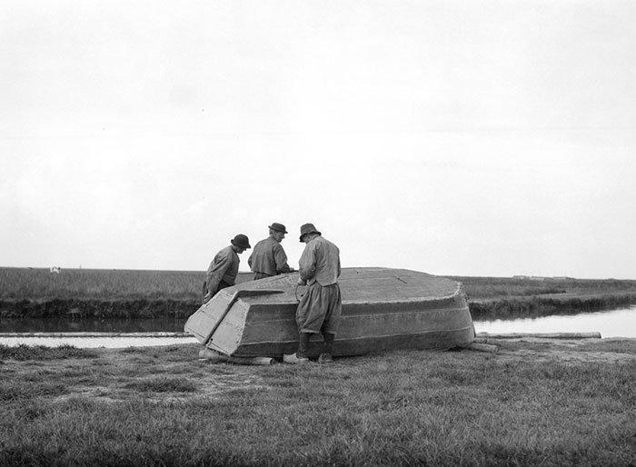 Рыбаки и лодка, Маркен, Голландия ХХ век, винтаж, восстановленные фотографии, европа, кусочки истории, путешествия, старые снимки, фото