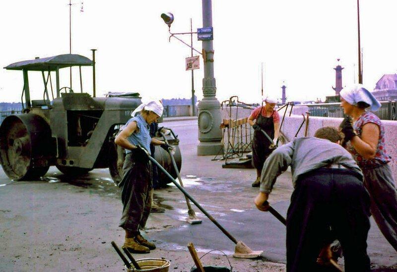 15. Женский труд все еще был диковинкой на Западе. Этот снимок асфальтирующих дорогу женщин был еще одной попыткой поддержать мою убежденность в том, что жить в Советской России было тяжело. СССР, интересное, история, ленинград, фотографии