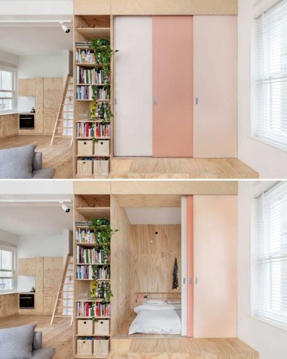 Глядя на такую веселенькую задвижную дверь, сразу и не догадаешься, что за ней спрятана целая спальня. | Фото: magazindomov.ru.
