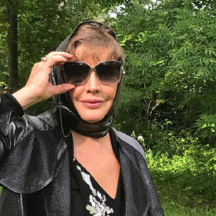 Ноги 65-летней Елены Прокловой в коротком платье вызвали бурю негодования в Сети — «Не по возрасту»!