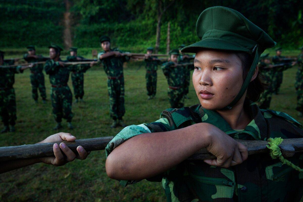 Девушки, служащие в армии Мьянмы