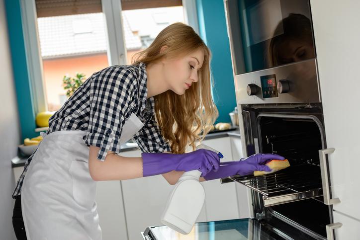 Как быстро очистить духовку от жирных потеков