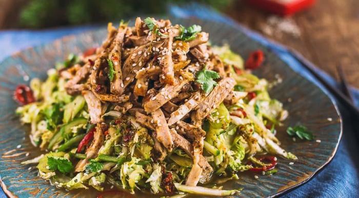 Мясной салат в азиатском стиле.  Фото: gastronom.ru.