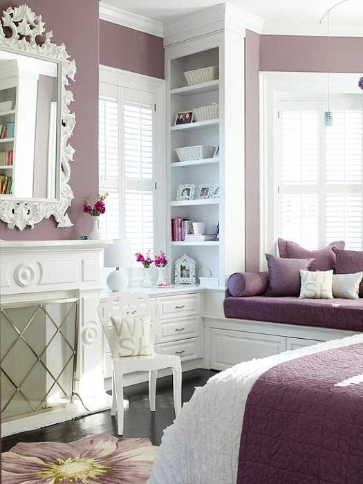 Яркие подушки и покрывала оживят интерьер.