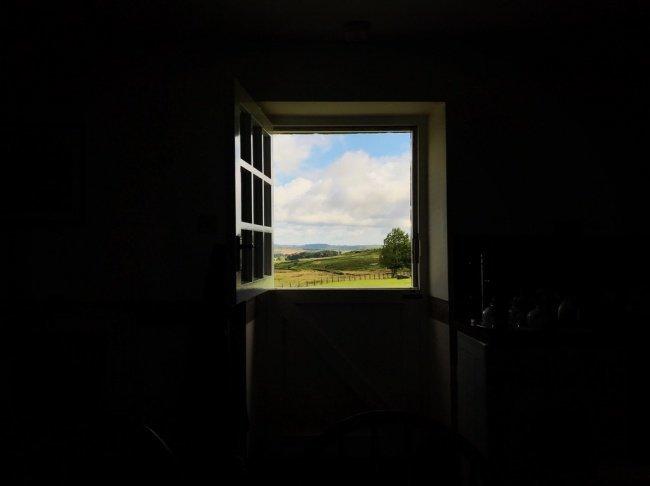 Окно, похожее на картину красота, перфекционизм, симметрия