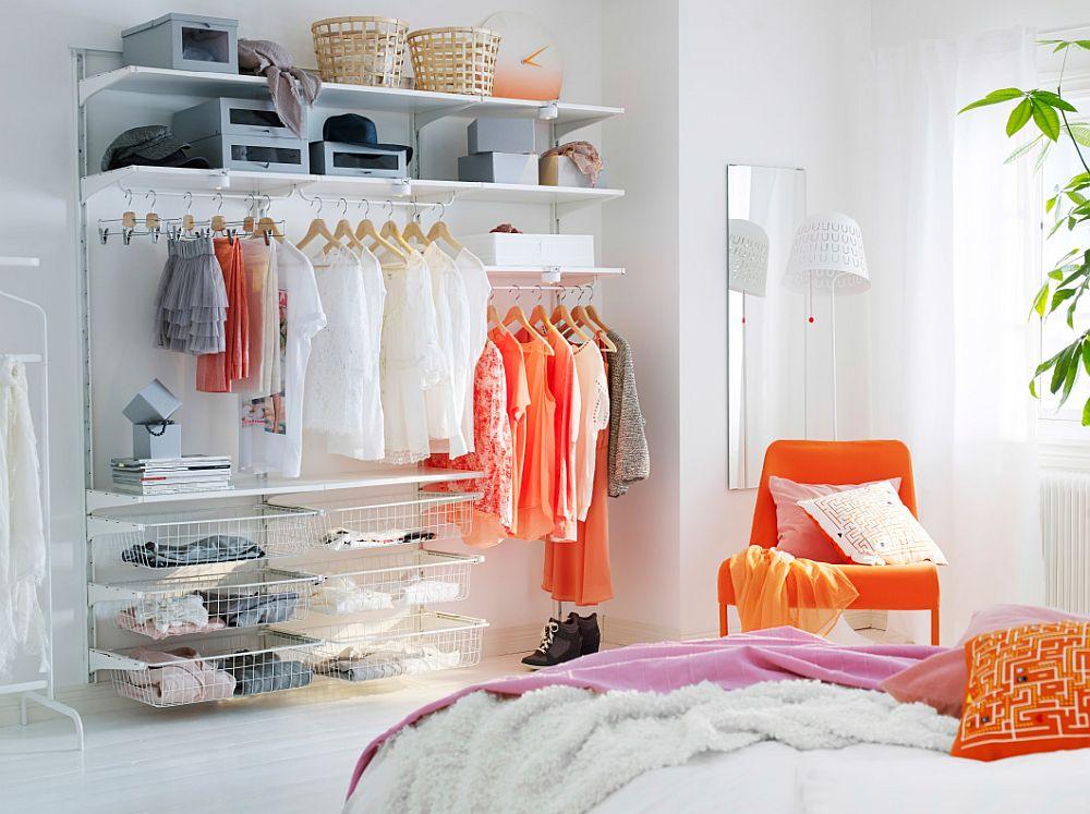 Дизайнерский оранжевый стул в интерьере белой спальни