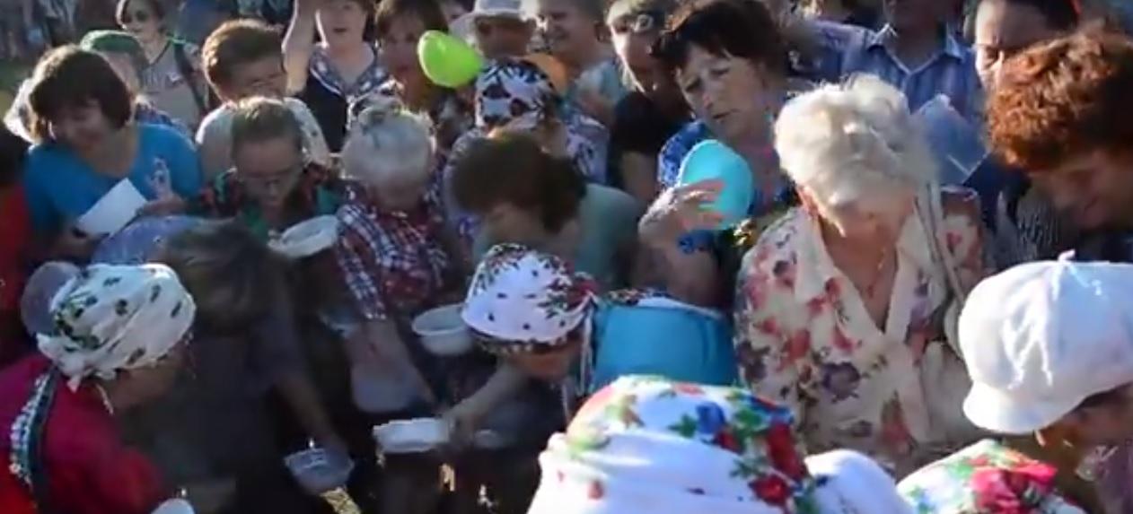 """""""Люди,вас снимают,какие вы дикие"""": В Ижевске пенсионеры устроили давку из-за бесплатной каши"""